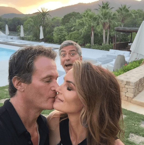 cindy-crawford-photobomb.png