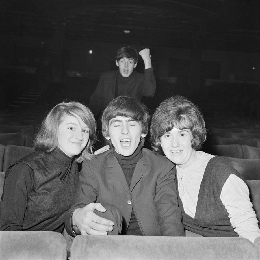 paul-mccartney-george-harrison-photobomb.jpg